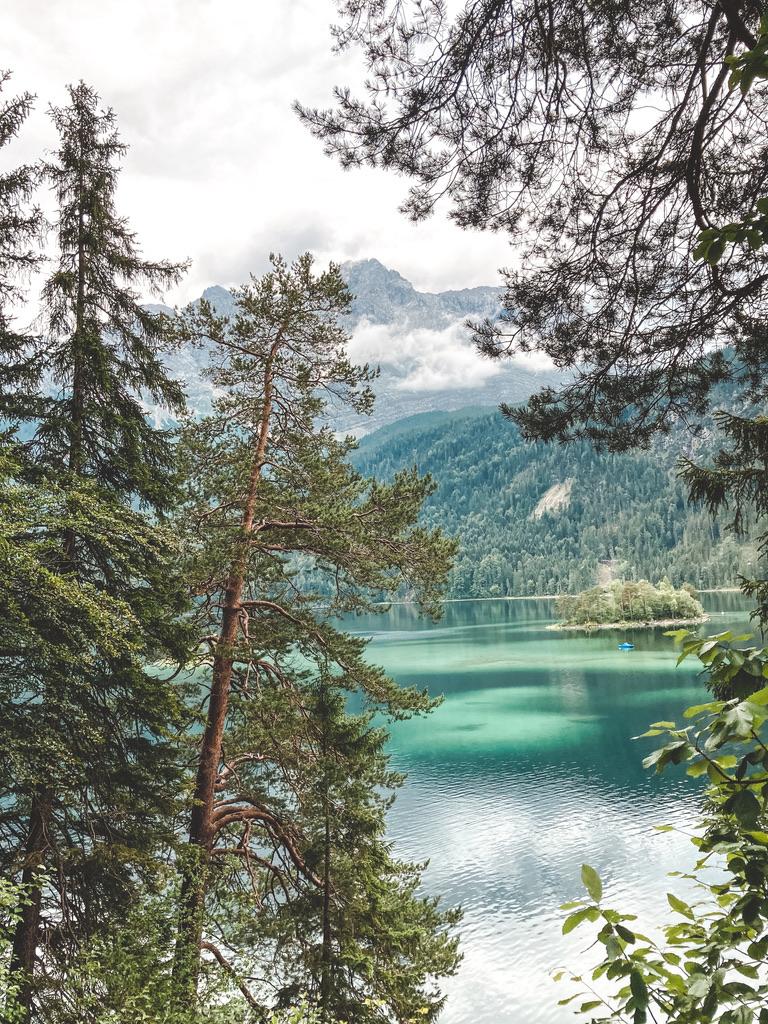 Rundweg um den Eibsee in Bayern