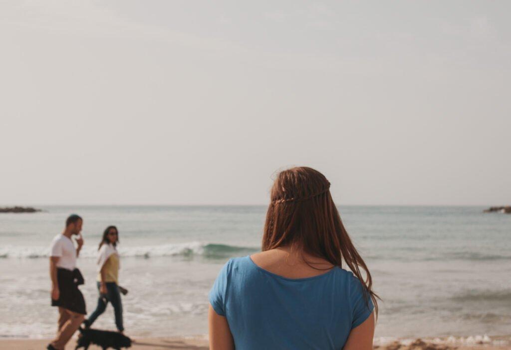 Tel-Aviv-Strand-Mädchen-von-hinten-vor-Meer